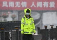 8月22日,交警在郑州市金水路下穿京广铁路隧道附近冒雨执勤。新华社记者 李嘉南 摄