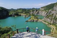 8月17日,游客在重庆铜锣山矿山公园游览(无人机照片)。
