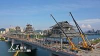 2021-10-27,工人在柳州市凤凰岭大桥桥面的风雨亭上施工。