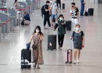 2021-10-27,旅客在南京火车站候车厅准备乘车。