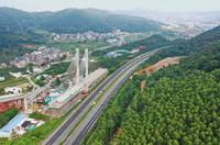 8月22日拍摄的建设中的新建福厦铁路太城溪特大桥不平衡转体斜拉桥(无人机照片)。
