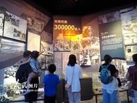 """2021-10-27,观众在中国人民抗日战争纪念馆内参观""""伟大胜利——纪念中国人民抗日战争暨世界反法西斯战争胜利大型主题展览""""。"""