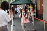 9月1日,北京十一学校丰台小学开学日,老师在校门口迎接学生。人民网记者 翁奇羽摄