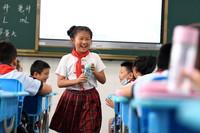 9月1日,在合肥市芙蓉小学,张清语和班里的同学在一起。