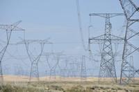 这是9月1日拍摄的位于青海省海南藏族自治州共和县的青豫直流工程输电线路。新华社记者 解统强 摄