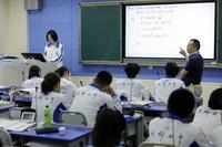 """9月1日,数学老师在给成都七中东方闻道网校""""网课班""""高三学生上课,课程内容通过远程教育系统面向全国320多所学校直播。"""