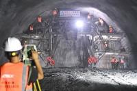 在贵南高铁广西都安隧道,中铁十一局工人在做贯通前最后一次爆破准备工作(9月1日摄)。新华社记者 周华 摄