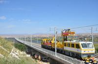 9月2日,甘肃省中铁电气化局建设者正在靖远黄河特大桥架设中兰客专首条接触网导线。