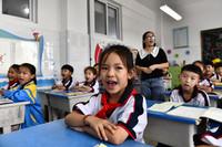 9月3日,在日照市岚山区岚山头小学,学生们在老师的陪伴下朗诵唐诗。