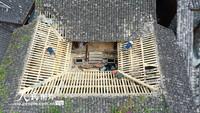 2021-10-27,重庆市酉阳土家族苗族自治县龚滩古镇,施工人员在修缮文物古建筑三抚庙。
