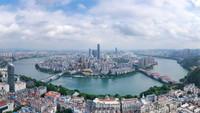 9月4日,在广西柳州,水上公交船在柳江上行进(无人机照片)。
