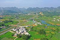 这是广西都安瑶族自治县境内贺巴(贺州至巴马)高速公路澄江出口附近的立交桥(9月1日摄,无人机照片)。新华社记者 周华 摄