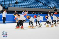 中国滑冰协会主席李琰现场领滑。主办方供图