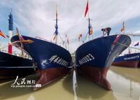 2021-10-27,浙江省宁波市奉化区桐照村的渔民们在渔船上整理物品。