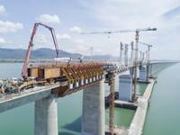 9月6日,大型机械在新建福厦铁路湄洲湾跨海大桥移动模架浇筑混凝土(无人机照片)。