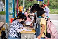 9月8日,在张家界市桑植县芙蓉学校,学生在办理入学登记。