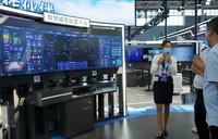 9月7日,工作人员向参观者介绍智慧城市运营平台。新华社记者 金皓原 摄