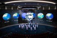 """9月8日,在位于中国科学院北京新技术基地的可持续发展大数据国际研究中心,部分科研人员在""""SDG决策支持与综合展示厅""""集成地球大数据云基础设施、学科驱动平台和决策支持系统大厅留影。该厅实现了多学科交叉融合服务SDG信息提取协同分析、大数据决策支持服务及综合展示。"""
