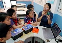 """9月7日,黄浦区复兴东路第三小学的学生们在""""乐系列""""的""""微小卫星""""兴趣课上听老师讲解。"""