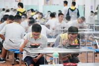 9月9日,在南京市中华中学,学生们在食堂吃午餐。