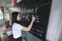 9月7日,在深圳市福田区南园小学教师办公室,黄晓蕾在备课时调整课件。