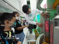 2021-10-27,在中国科学技术馆,小朋友在参观展览。