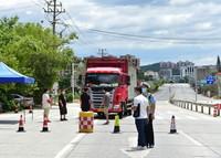 9月12日,在莆田市仙游县枫亭镇与郊尾镇交界的道路上,公安部门设立疫情防控检查站。
