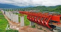 2021-10-27,在浙江省台州市杭温铁路仙居特大桥施工现场,工人正在挂篮里施工作业。