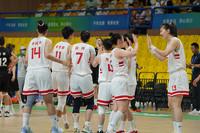 联合队队员赛后击掌庆祝胜利。人民网记者 王晓啸摄