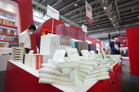 9月14日,读者在图博会精品图书展展区参观。