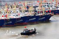 2021-10-27,浙江省温岭中心渔港箬山港区,即将出海捕鱼作业的渔民通过运输小船将各种生产生活物资送上渔船。