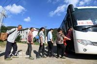 2021年9月14日,江西省丰城市荷湖乡高峰村村民在排队上公交车,准备前往山下的集镇和城区。