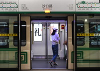 9月15日,市民进入郑州地铁5号线沙口路站乘车。