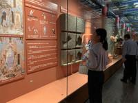 游客正在参观展览。
