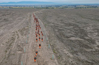 """甘肃省森林消防总队第三届""""火焰蓝""""比武在张掖市甘州区巴吉滩上进行,参赛队员正在进行山地5公里负重越野。"""