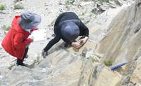 8月21日,在西藏日喀则市一处山体,科考队员使用地质锤、罗盘等工具,进行地质灾害链科考工作。新华社记者 杜刚 摄