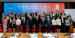 旅游工作组会议的与会代表合影留念