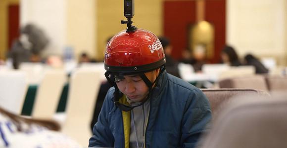 赶稿兼拍摄 记者头戴全景影像设备吸睛