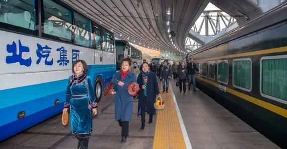 首批京外全国人大代表抵京