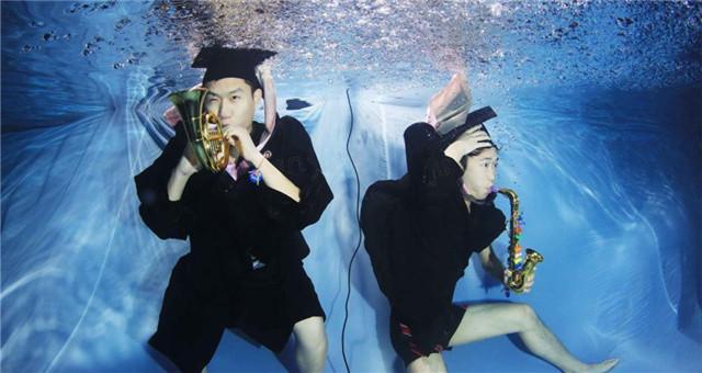 拍摄水下毕业照 留住青春的美好