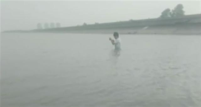 上海:泡在江里玩自拍 小伙差点丢了命