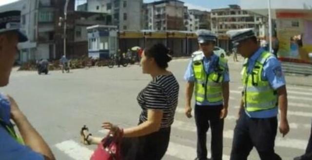 女子踢飞记录仪 辱骂警察:拍个屁