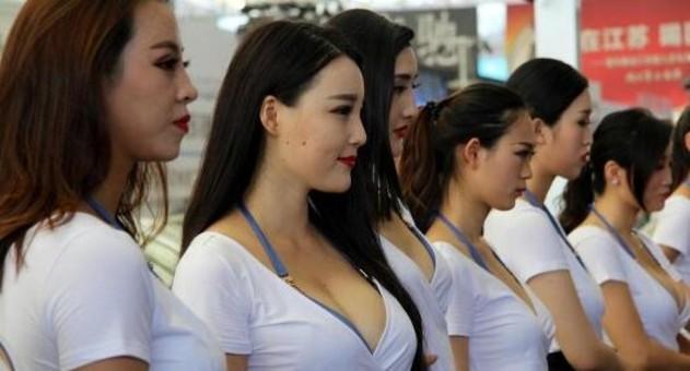 脸红心跳!江苏胸模大赛选手助阵车展