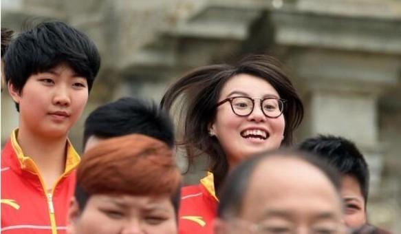 奥运代表团参观大三巴景区傅园慧跳跃抢镜