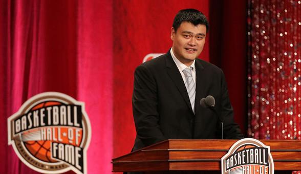 姚明参加NBA名人堂颁奖礼 幽默演讲逗笑全场