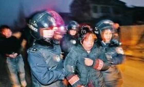 女子不退彩礼被警察堵在被窝:我没穿衣