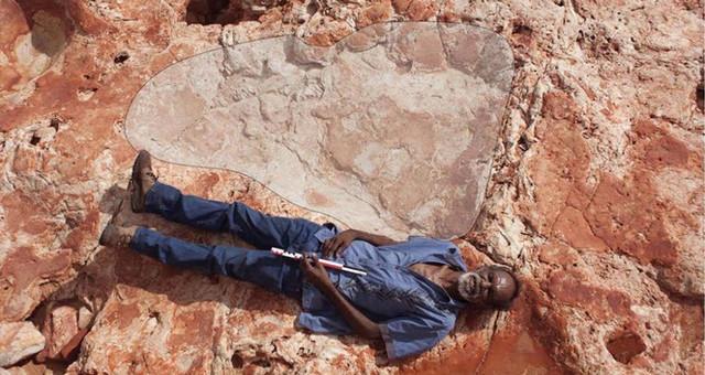 澳发现世界最大恐龙脚印 脚印里能躺人