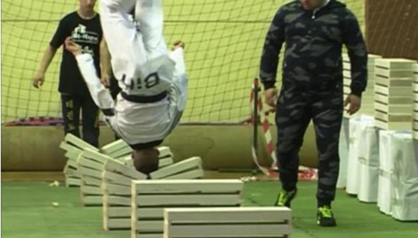 厉害!少年用头击碎混凝土板111块破世界纪录