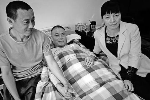 女子带瘫痪前夫出嫁 12年间两任丈夫如兄弟