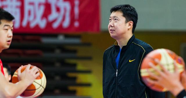 带领队员南昌打比赛 王治郅:球不离手的教练